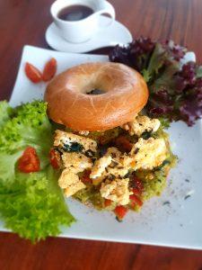 Bagel mit Rührei, Guacamole und Spirulina-Granulat