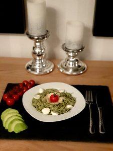 Grüne Spirulina-Spagetti mit Avocado, Tomate und Mozzarella