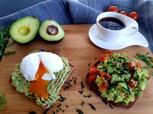Frühstück - Avocadovariationen auf dunklem Brot mit weich gekochtem Ei und Spirulina Granulat - dazu eine schöne Tasse Kaffee