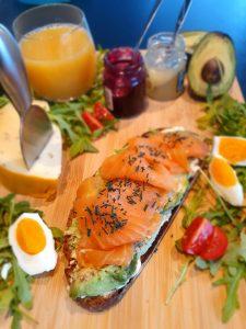 Avocado und Lachs auf einem Butterbrot garniert mit Spirulina aus der Mühle und feinem Spirulina Granulat - dazu fruchtiger Senf und Käse (Frühstück)