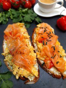 Rührei und Lachs auf einem Butterbrot garniert mit Spirulina aus der Mühle und feinem Spirulina Granulat (Frühstück)