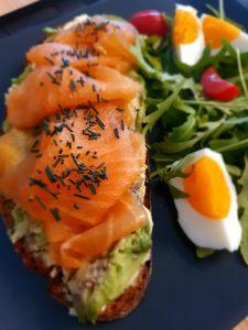 Lachsbrot mit Avocado, gekochtem Ei und feinem Spirulina Granulat - dazu etwas Rucola-Salat