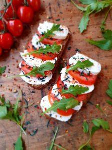 Tomate-Mozzarella-Stulle mit Rucola, Chili und Spirulina Granulat