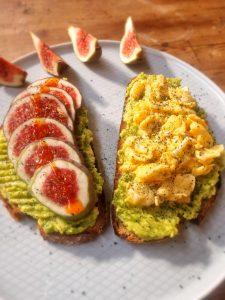 Brote mit selbstgemachter stückiger Avocadocreme, Rührei und frischer Feige - oben auf noch Spirulina aus der Mühle