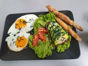 Spiegelei und Avocado-Brot verfeinert mit Spirulina-Granulat