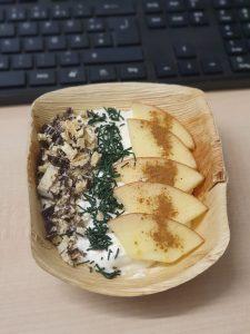 Müsli-Bowl mit Apfel-Zimt, Schoki und feinem Spirulina-Granulat (am Arbeitsplatz)