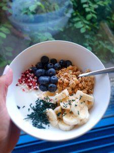 Müsli mit Heidelbeeren, Bananen, rotem Crunch und feinem Spirulina-Granulat