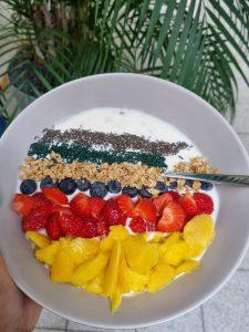 Müsli-Bowl mit Naturjoghurt, Heidelbeeren, Erdbeeren, Mango, Quinoa und feinem Spirulina-Granulat