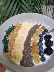 Müsli-Bowl mit Naturjoghurt, Brombeeren, Heidelbeeren, Trauben, Quinoa, Bananen und feinem Spirulina-Granulat