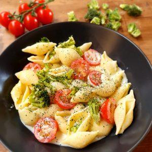Muschelnudeln in Käsesoße mit Tomate, Broccoli und Spirulina aus der Mühle