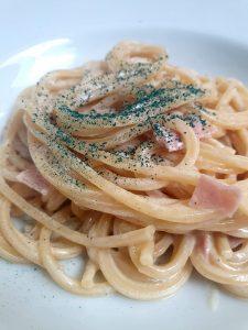 Spagetti mit Käse-/Schinkensoße und reichlich Spirulina aus der Mühle