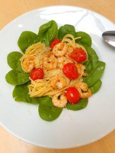 Spagetti mit Garnelen, Tomaten, frischem Blattspinat und Spirulina aus der Mühle