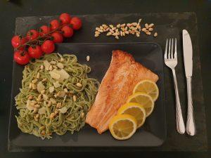Spagetti mit Spirulina-Pesto, Parmesan, Pinienkernen und gebratenem Lachs