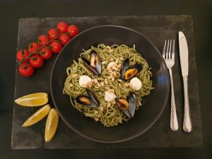Spirulina-Spagetti mit Muscheln und Mozzarella