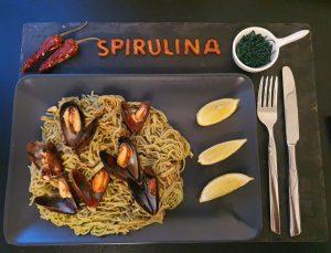 Muscheln auf Spagetti mit Spirulina-Granulat