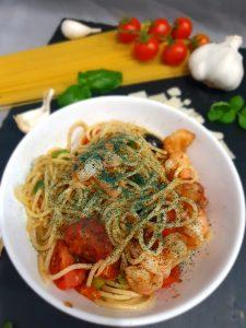 Spagetti mediterran mit Garnelen, Oliven, Tomaten und Spirulina aus der Mühle