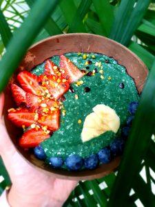 Porridge-Bowl mit buntem Obst - Erdbeeren, Heidelbeeren und Bananen