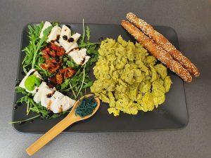 Rührei mit Spirulina dazu mediterraner Rucolasalat und Mozzarella
