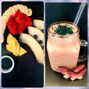 Roter Smoothie mit Banane, Erdbeere, Ananas, Honigmelone und etwas Heidelbeere - Topping aus Spirulina Granulat