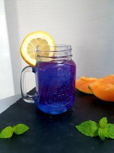 Blaue Spirulina-Limo (gefärbt mit dem natürlichen Spirulina-Farbstoff - Phycocyanin)