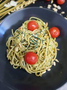 Spagetti mit Tomaten, Pinienkernen, grünem Pesto und Spirulina Granulat - Algenland