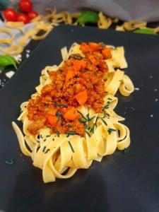Bandnudeln mit veganer Bolognese Soße und Spirulina-Granulat